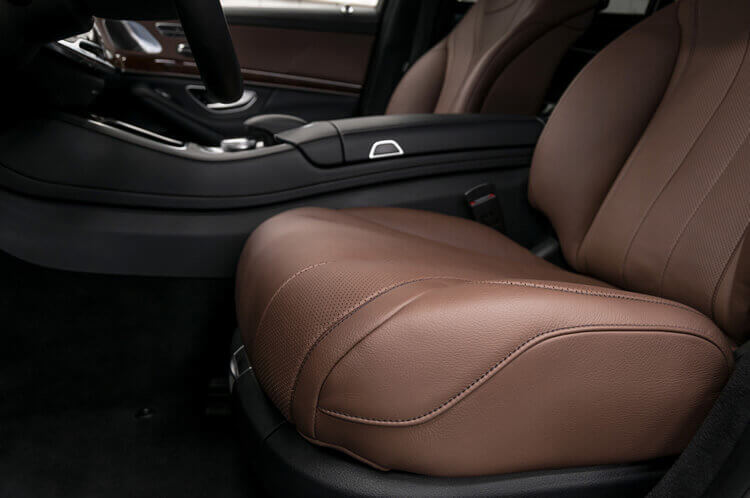 Leder-Autositz neu beziehen