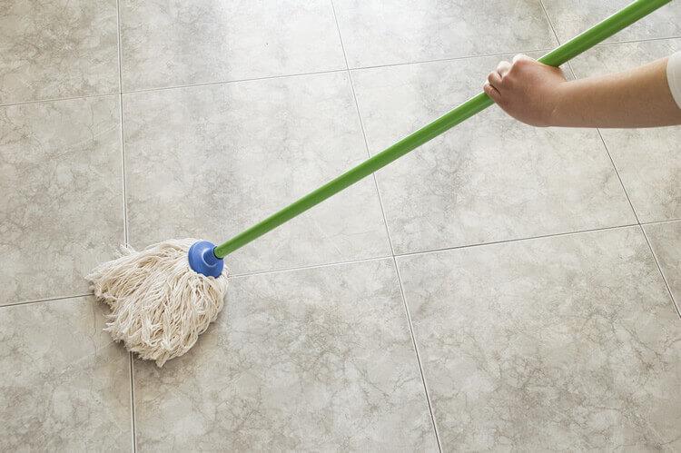 Fußboden Fliesen Putzen ~ Bodenfliesen reinigen in 4 schritten anleitungen.com